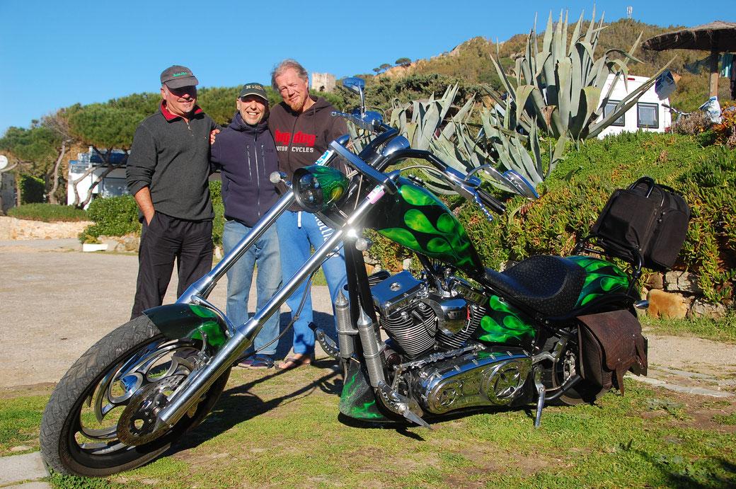 """Ein Traum von Moped. Wunderschönes Custom Bike. Bin gleich mit beiden Füßen ins Fettnäpchen, als ich Barny fragte ob er mir mal seine """"Harley"""" zeigt...."""