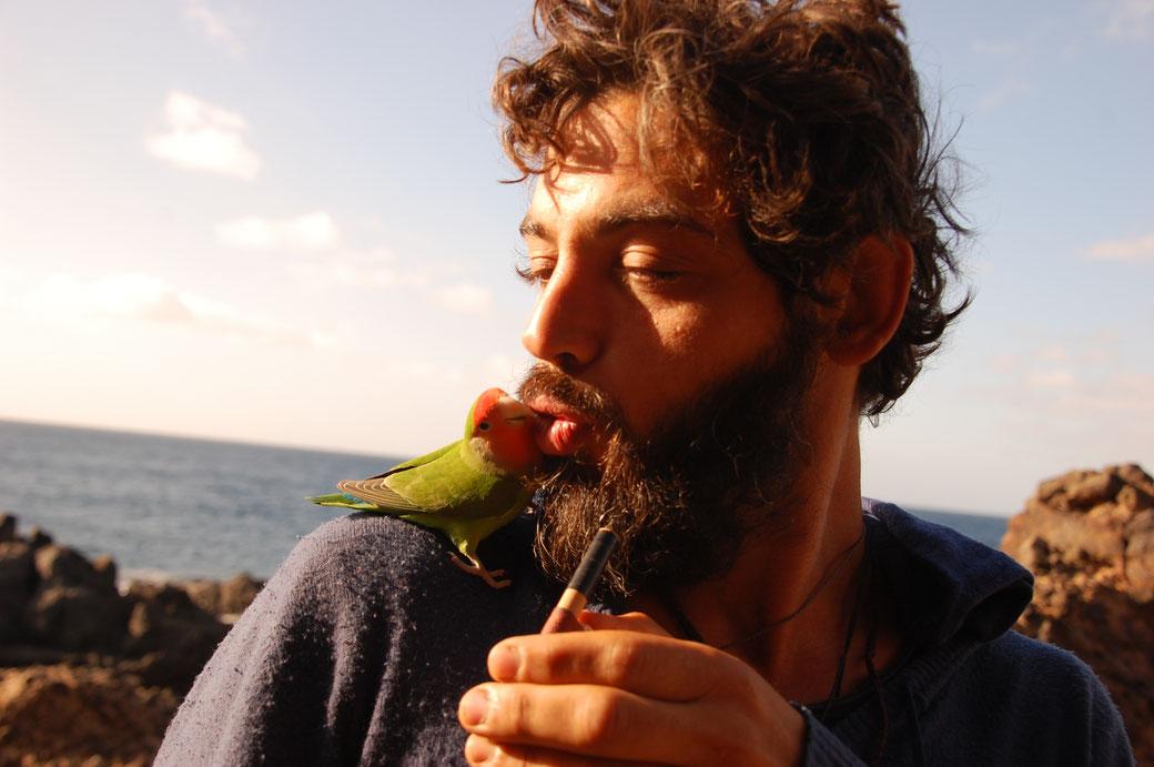 Der Piepmatz ist dermassen zutraulich und immer für ein Küsschen gut. Der Vogel übrigens auch...... Miguel hat ihn mit seiner Vogelpfeife angelockt.