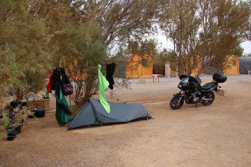 Adios alter Campingplatz, im Hintergrund sind kleine Hüttchen die man mieten kann. Manche von ihnen haben sogar Dusche.