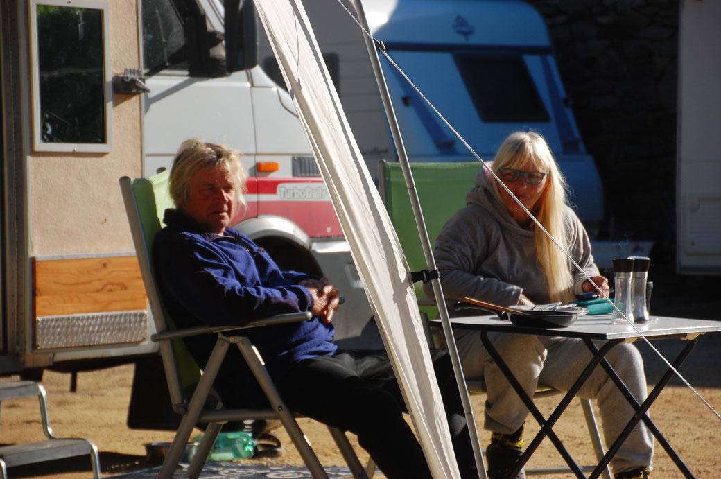 Meine Nachbarn Knut und Gabi, von denen ich meinen Strom beziehe und ab und an nen Kaffee oder lecker gegrilltes.....