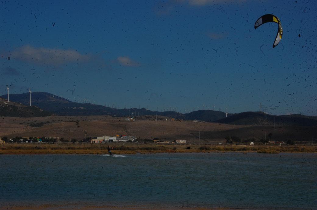 Die Lagune mit Kitesurfer und Windrädern. Da links oben auf dem Berg sind wir raufgeschlurft, Steinmännchen aufbauen....