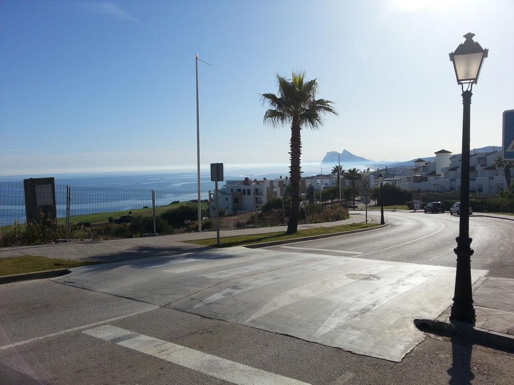 Im Hintergrund der Felsen von Gibraltar, das Meer ist ruhig, absolut kein Wind..