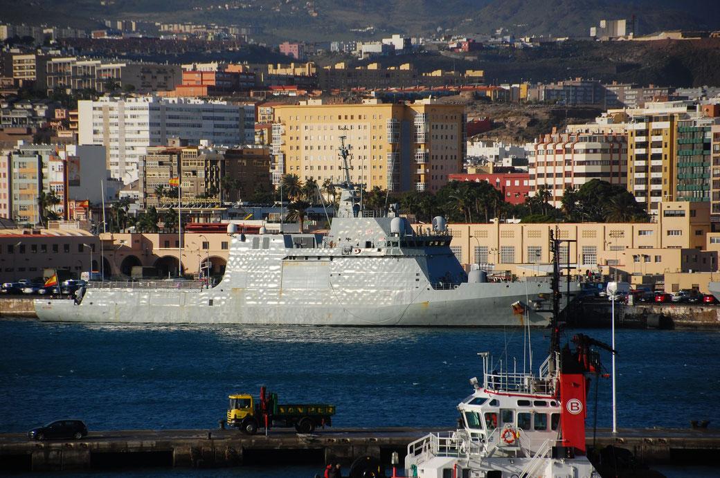 Statt Traumschiff, ein Raumschiff. Im Hafen von Gran Canaria.