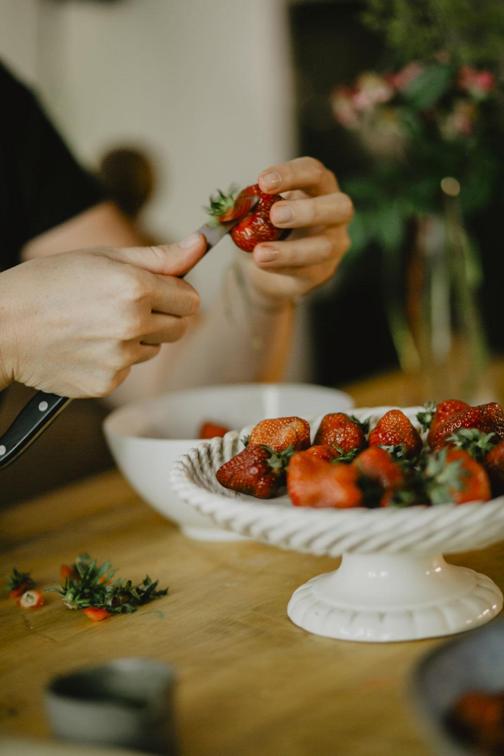 Erdbeeren schneiden für Erdbeer-Minz-Shrub