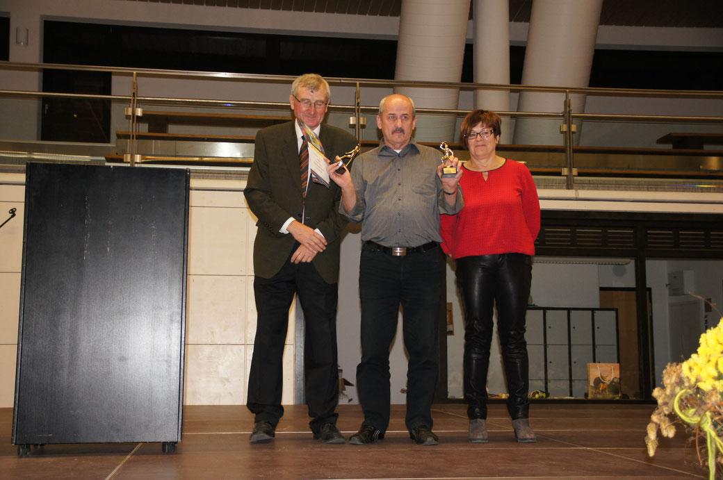 Hat weit mehr als 1.000 Spiele hinter sich: Walter Ritz umrahmt von Heinz Eckle und Elke Lehner