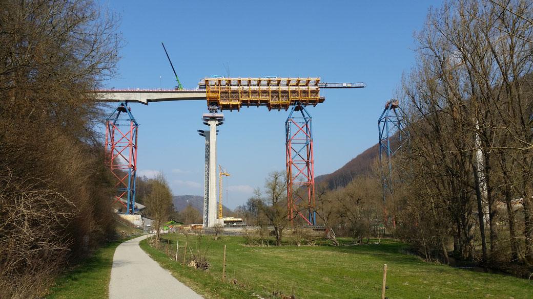 Die Bahnbrücke über das Filstal gedeiht...