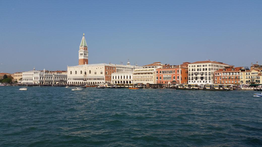 Weltkulturerbe Venedig, innerhalb der Lagune wohnen ca. 60.000 Einwohner - ca. 30 Millionen Touristen pro Jahr