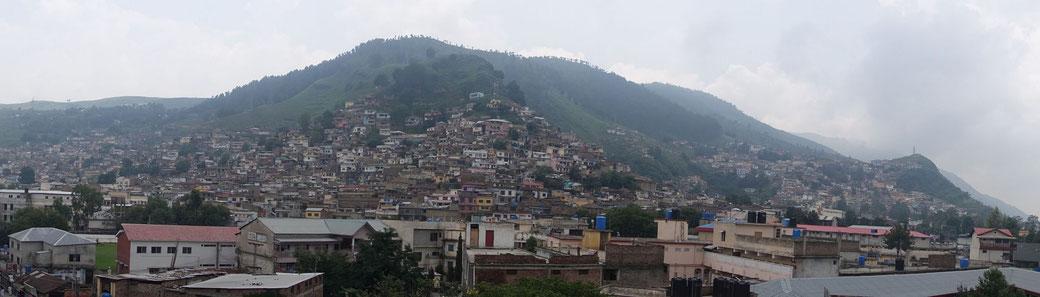 Ein Stückchen von Abbottabad über die Dächer hinweg fotografiert
