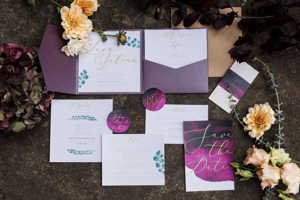 Hochzeitspapeterie yesyesyesweddingdesign burgundy burgunderrot watercolour Einladung Save the Date Menükarte