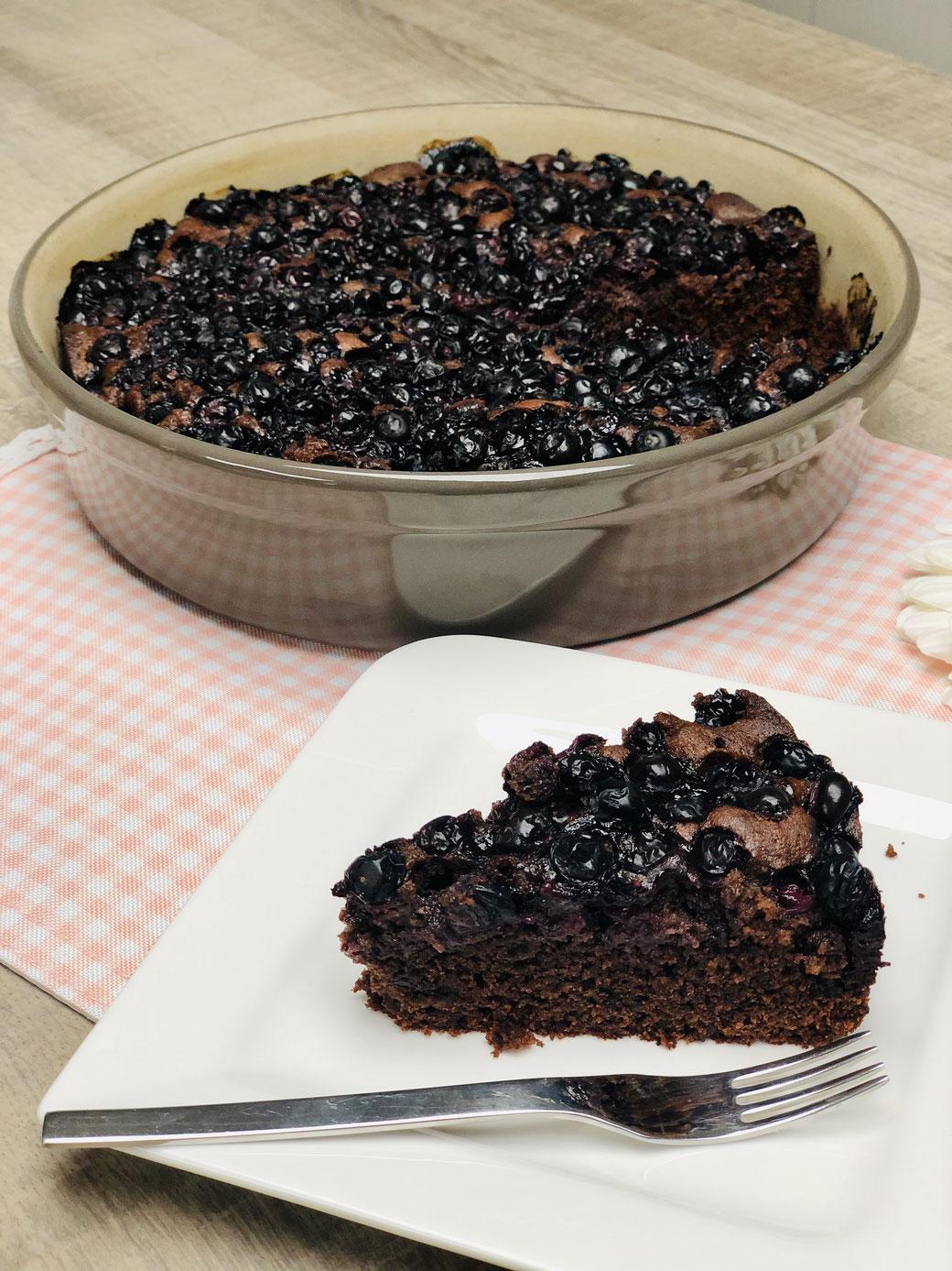 """Blaubeeren/Heidelbeeren Schokoladenkuchen aus der runden Stoneware Kuchenbackform """"Leila"""" von Pampered Chef® Dieser Kuchen aus der runden Kuchenform ist so lecker und schokoladig dass man danach süchtig werden könnte :) Hier erhälst du das Rezept kostenlo"""