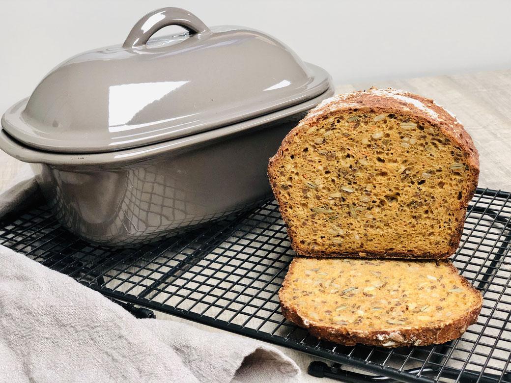 Dieses Brot hast du in 7 Minuten zubereitet und in 1 Stunde gebacken. Super knusprig kommt es aus dem Zaubermeister Lily oder dem runden Zaubermeister von Pampered Chef®. Folgende Produkte habe ich verwendet. Kuchengitter/Auskühlgitter von Pampered Chef,