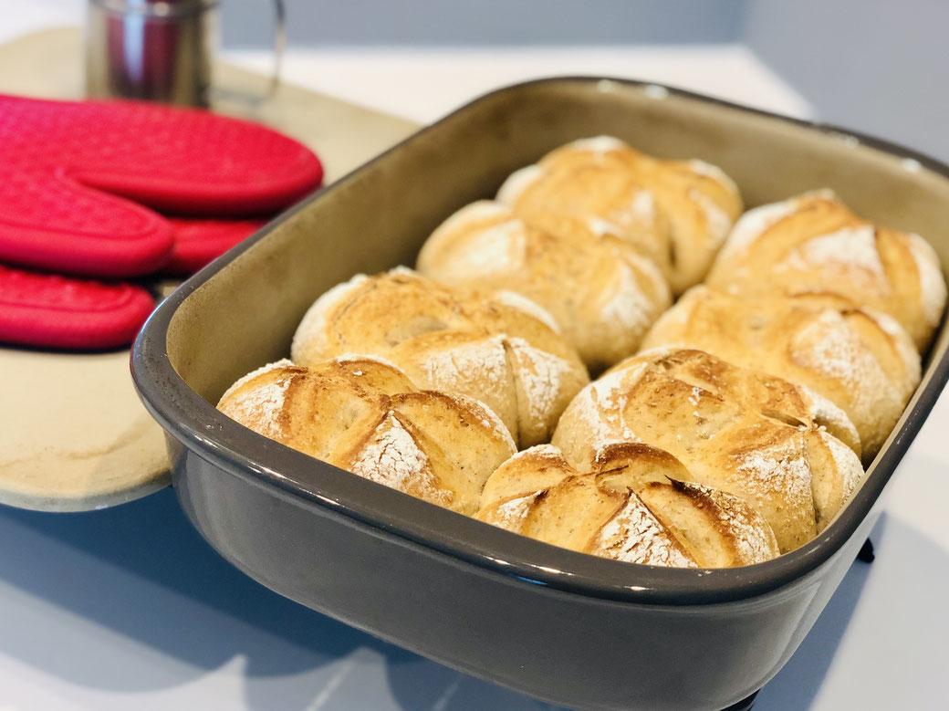 Meine selbst gebackenen Brötchen solltest du unbedingt nachbacken - knusprig und fluffig und einfach super lecker - so werden meine Brötchen im Grundset von Pampered Chef gebacken.