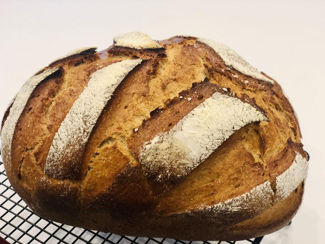Hier siehst du mein selbst gebackenes Weizen/Roggenbrot. Ein gelingsicheres knuspriges Brot das ich im Ofenmeister gebacken habe.