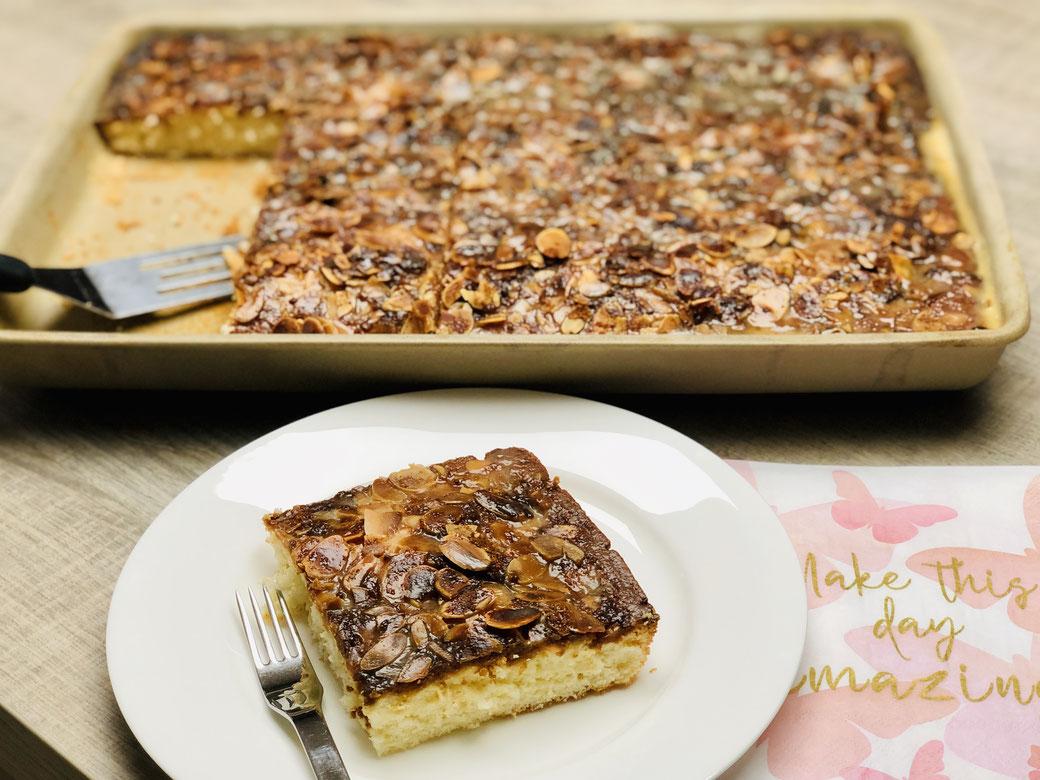 Man würde am liebsten den noch warmen Kuchen anschneider, aber noch muss der Sahne-Butterguss fest werden ♥ Buttermilch-Zuckerkuchen vom Ofenzauberer.
