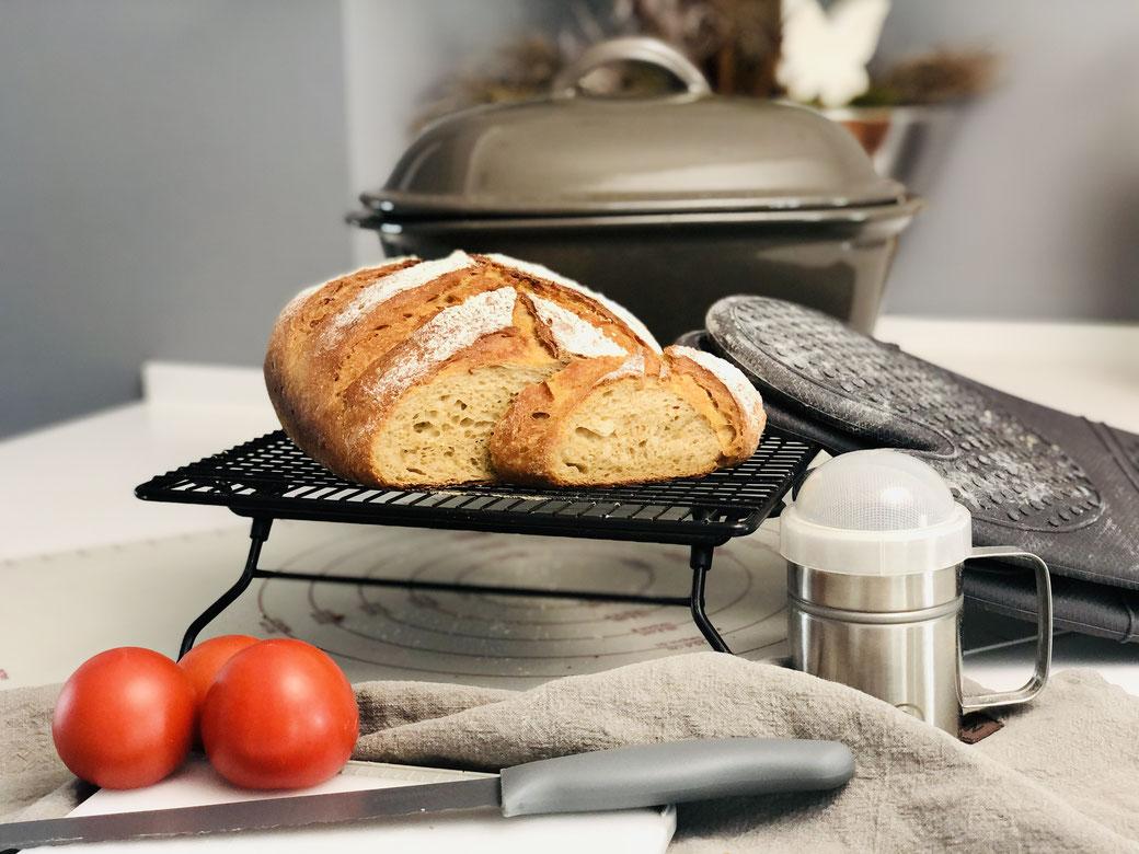 In dieses Brotrezept backst du gekochte Kartoffeln mit rein und du wirst ein super feuchtes, fluffiges, weiches und knuspriges Brot erhalten. Gebacken habe ich mein Brot im Ofenmeister von Pampered Chef