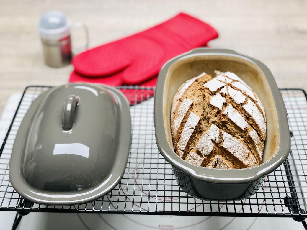 Im kleinen Zaubermeiser der Brotbackform von Pampered Chef® kann man auch Brotbackmischungen backen. Manchmal greift man auch auf Fertigmischungen zurück und das ist für die Stoneware absolut kein Unterschied ob selbst gemischtes Brot oder Fertigbackmisch