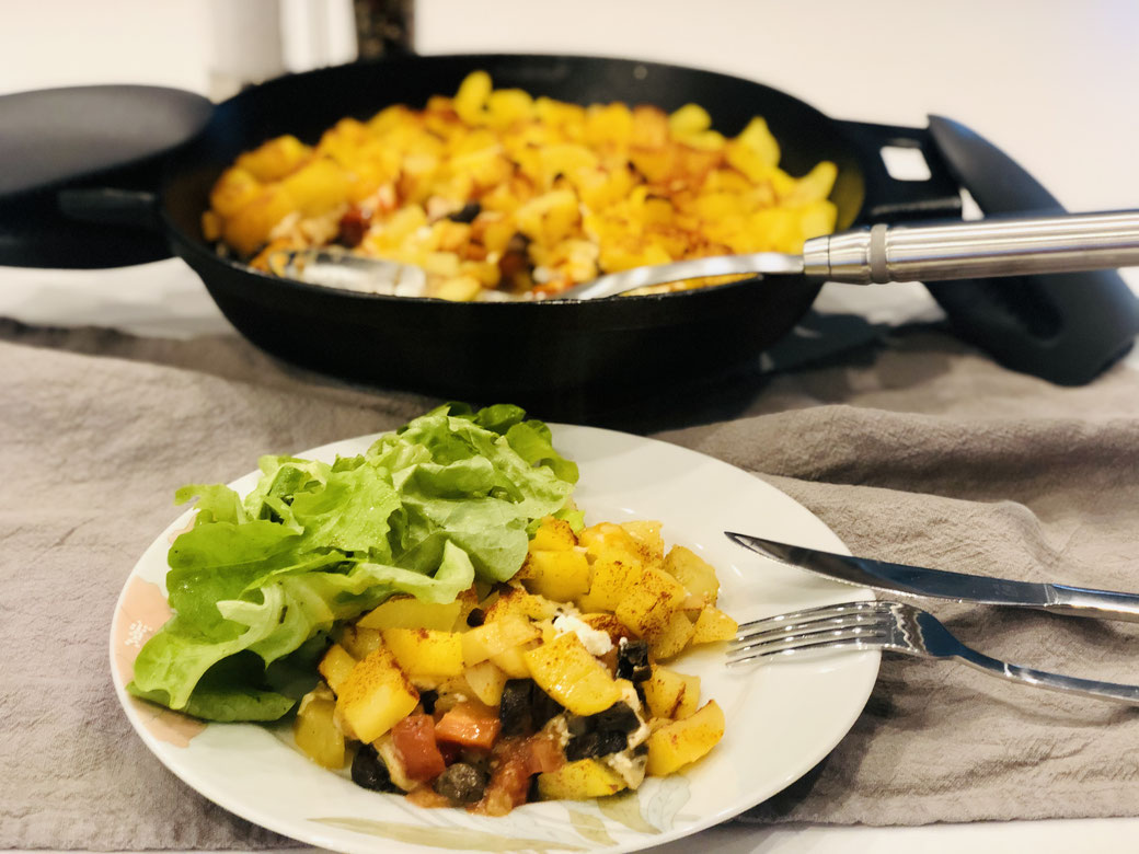Leckere Bauernpfanne aus der schwarzen Gusseisen Pfanne 30cm von Pampered Chef® Dazu habe ich einen grünen Salat gereicht ♥