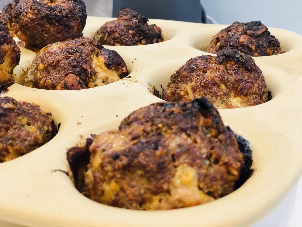 Ganz leckere und schnelle Hackfleischküchle aus dem Backofen - gebacken in der 12er Snack Form der Stoneware Muffinform von Pampered Chef®