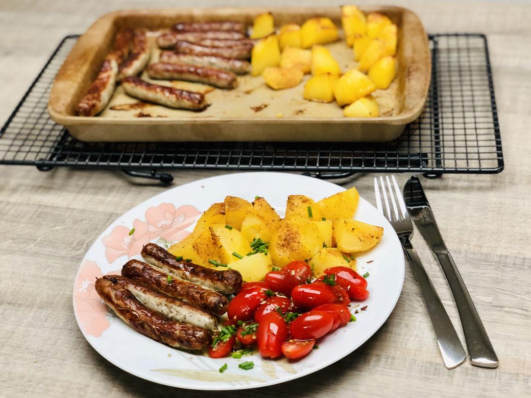 Schnell was leckeres auf den Teller gezaubert. Rostbratwürstchen mit Kartoffeln vom Vortag und Tomatensalat.