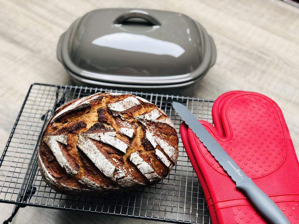 Hier siehst du mein leckeres knuspriges Brot aus dem Ofenmeister von Pampered Chef. Martina Ziehl mit Pampered Chef zeigt dir wie man Brot backt.