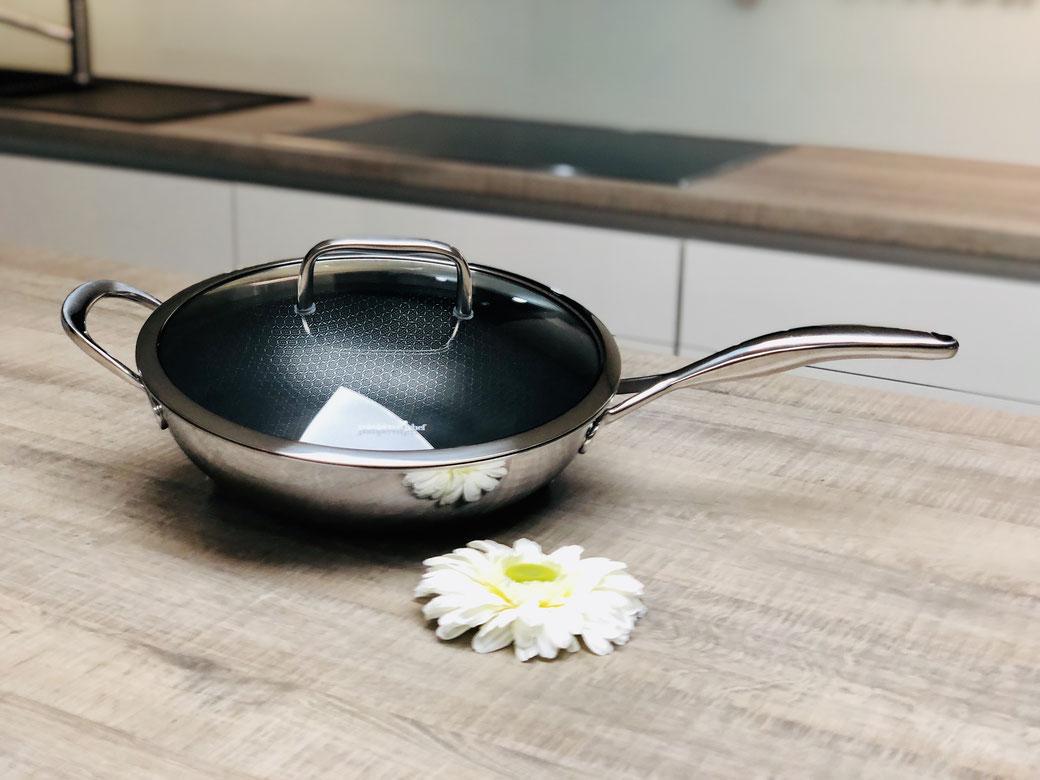 Durch die hohen Ränder ideal zum anbraten geeignet – nicht nur für asiatische Gerichte. Die äußere Ummantelung aus Edelstahl ist für das Kochen und Braten bei hohen Temperaturen bestens geeignet. Das Antihaft-Wabengitter verhindert das Anbrennen.