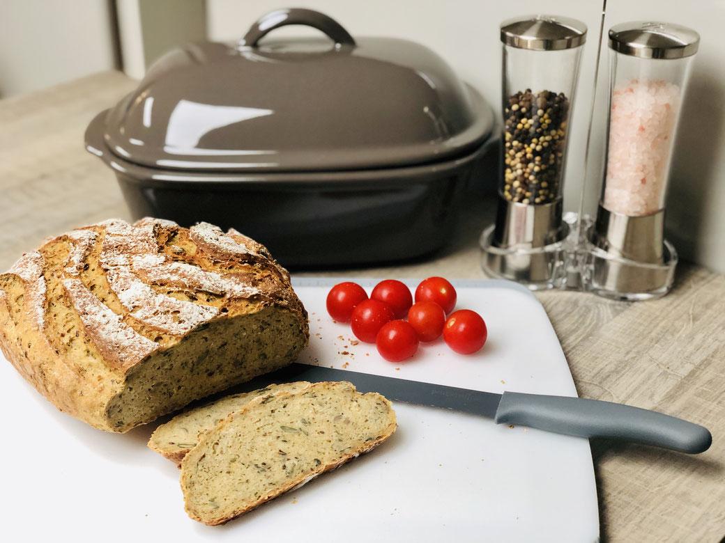 Hier siehst du mein leckeres selbst gebackenes Kichererbsen-Dinkelmehl Brot aus dem Ofenmeister von Pampered Chef® ✅Mit vielen Körnern wie z.B. Sonnenblumen, Kürbiskernen und Leinsamen wird es zu einem richtigen Leckerbissen.
