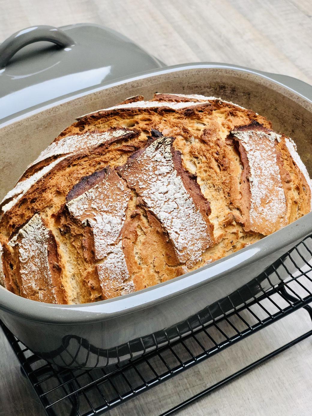 Hier siehst du mein knuspriges selbst gebackenes Brot aus dem Ofenmeister von Pampered Chef®