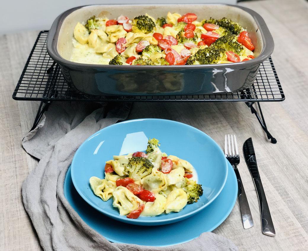 Hier siehst du leckere Tortellini mit Brokkoli-Sahne-Sauce aus der rechteckigen Ofenhexe® oder dem Grundset von Pampered Chef®. Dieses Easypeasy Rezept hast du im Nu zubereitet und im Backofen geschmort..