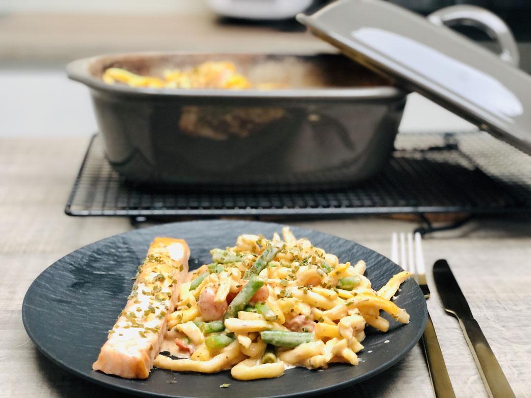 Lachsauflauf mit Spätzle, Gemüse und Sahnesauce aus dem Pampered Chef Ofenmeister. Sehr lecker und schnell im Backofen zubereitet. Kann auch in der rechteckigen großen Ofenhexe oder dem Grundset oder dem großen Bäker zubereitet werden.