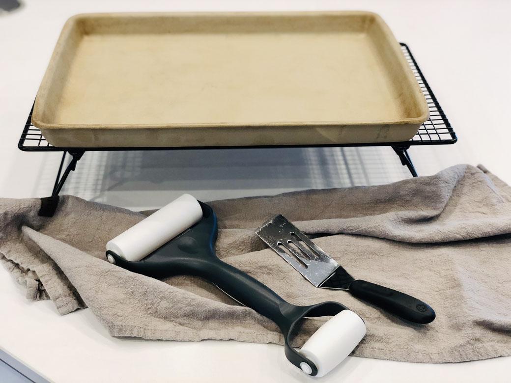 Pampered Chef Flammkuchenliebe, das ideale Set für Flammkuchen- und Pizzaliebhaber. Enthält Teigroller, Großer Ofenzauberer, Kuchengitter und Kleiner Servierheber.