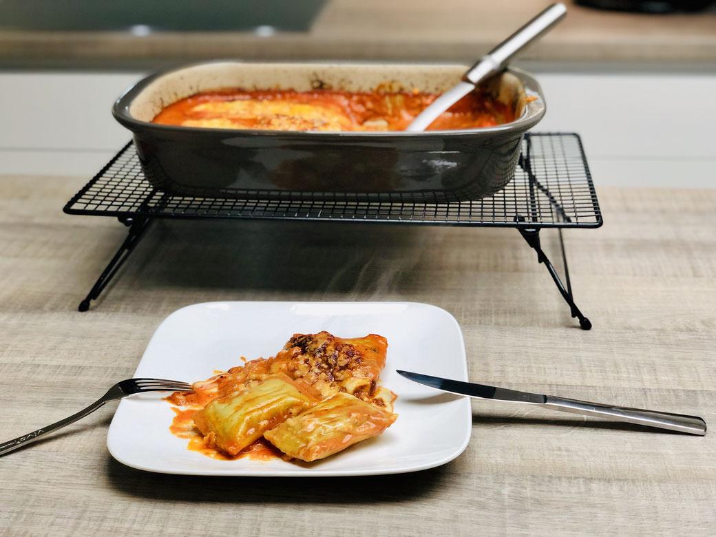 Die Maultaschen in die rechteckige Ofenhexe® von Pampered Chef legen.  In der großen Nixe nun alle Zutaten außer Mozzarella und Bergkäse mit einem Schneebesen zu einer Sauce vermischen und diese über die Maultaschen gießen.