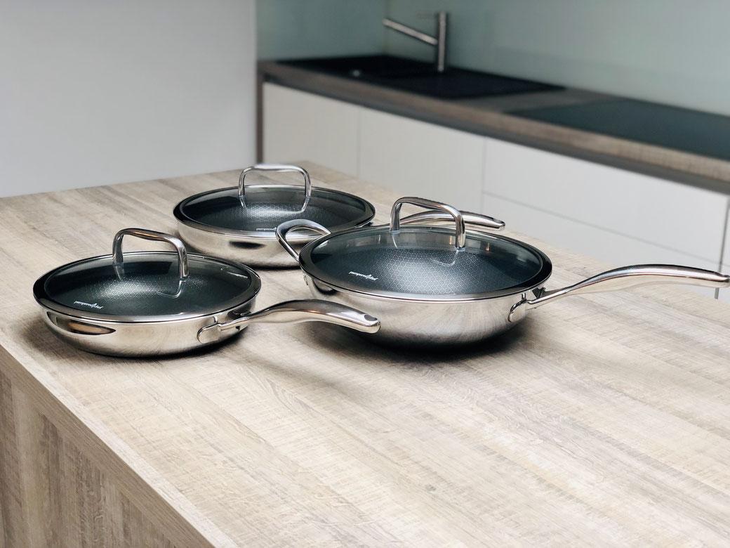 Edelstahl Antihaft Pfannen von Pampered Chef® gibt es in 3 Ausführungen.  Pfanne #2087 25 cm Durchmesser. Pfanne #2088 30 cm Durchmesser. Wokpfanne #100111 30 cm Durchmesser