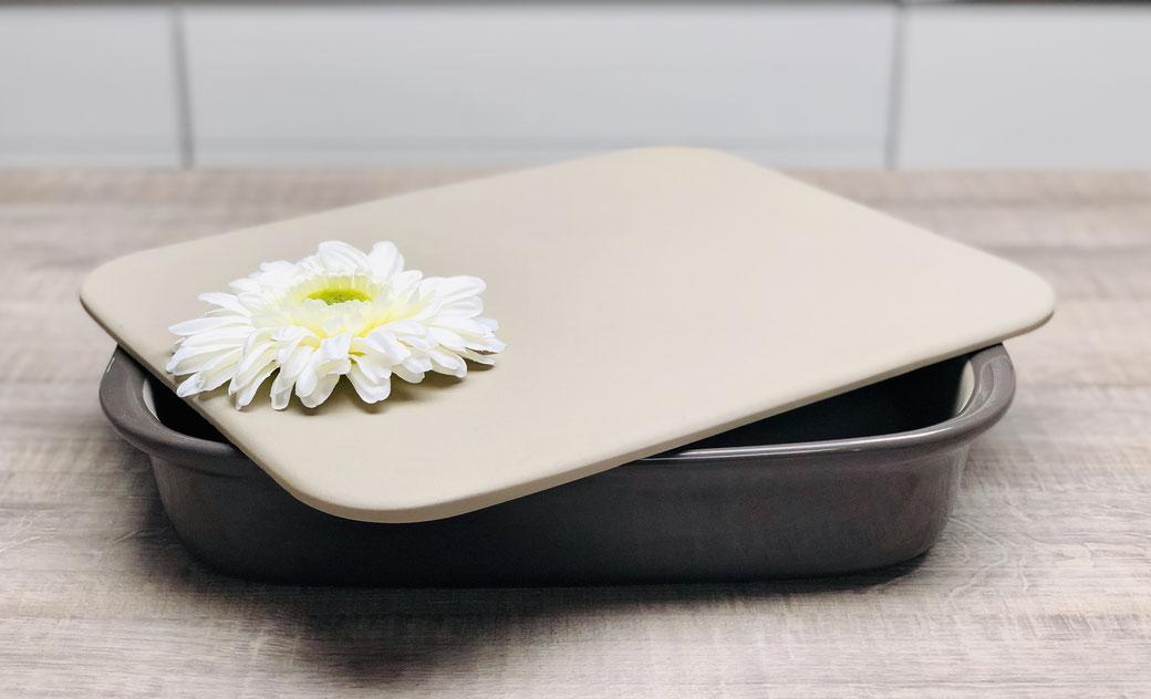 Das Pampered Chef Grundset umfasst die rechteckige Ofenhexe® (39 x 24,5 cm; 3,3 l) und den Zauberstein (38 x 30 cm)