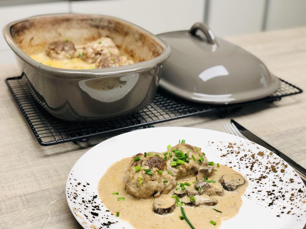 Hier siehst du meine Frikadellen in Champignons-Rahmsauce aus dem Ofenmeister von Pampered Chef. Du kannst dieses Gericht aber auch in der rechteckigen Ofenhexe oder dem Bäker zubereiten. Natürlich kommt mein Menü wieder aus dem Backofen.