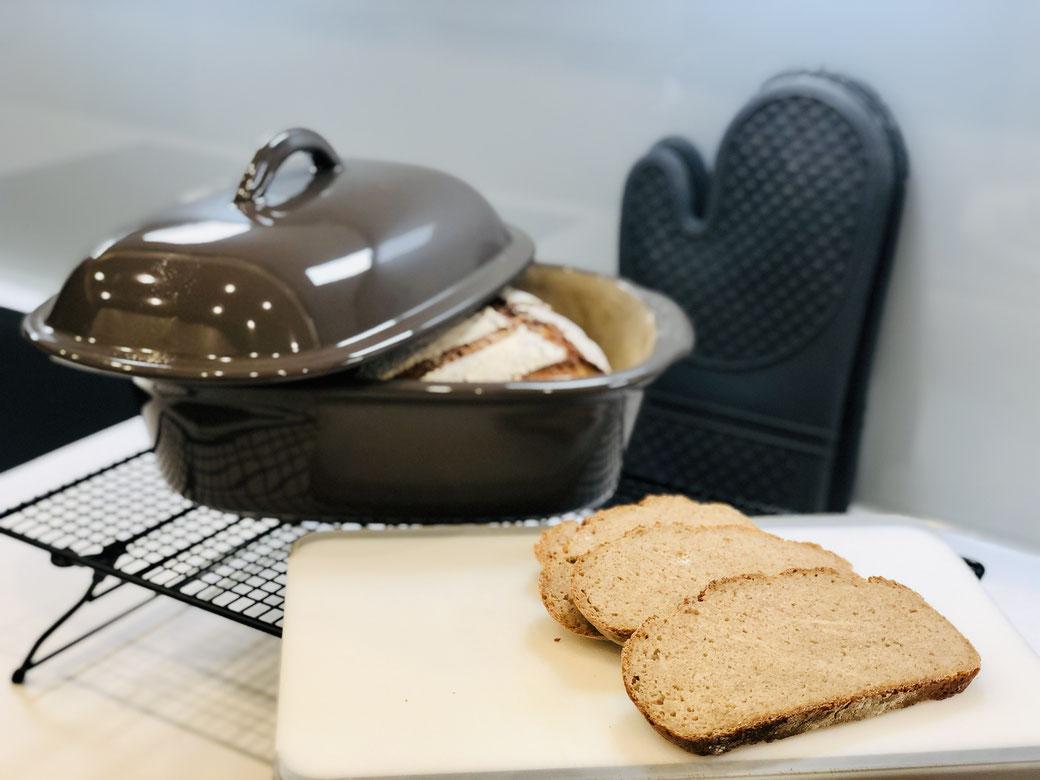 Hier siehst du mein leckeres Brot das ich im Ofenmeister gebacken habe. Heute ein Emmer Vollkorn Mischbrot, das super lecker kräftig schmeckt und so richtig satt macht.