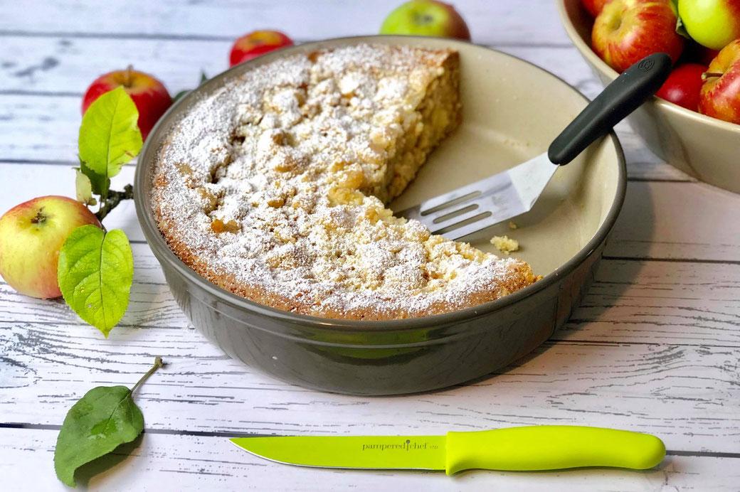 Apfelstreuselkuchen aus der runden Ofenhexe® runde Stoneware unserer Kuchenbackform von Pampered Chef® Rezeptidee von Mike Herrmann aus Mike´s Kitchen.