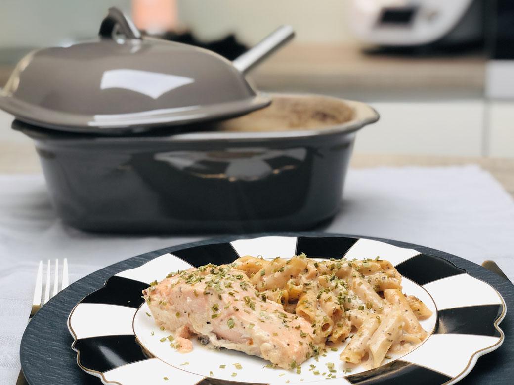 Leckeres Fisch Lachsfilet aus dem Ofenmeister von Pampered Chef® Die Sahnesauce habe ich ganz einfach und schnell im Thermomix® gemixt. So hast du ein ganz leichtes und schnell zubereitetes Menü über das sich nicht nur deine Familie sondern auch deine Gäs