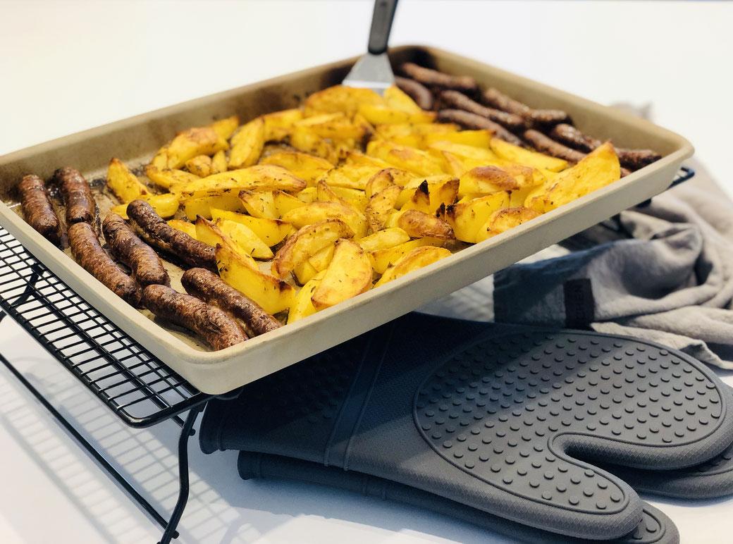 Leckere Backofenkartoffeln mit Nürnberger Würstchen zubereitet auf dem Ofenzauberer James von Pampered Chef®