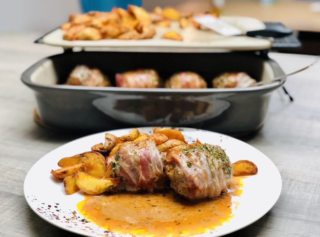 Auf dem Bild siehst du mein All in One Gericht aus dem Grundset von PC. BBQ Westernröllchen aus Hackfleisch mit Schinken und Westernkartoffeln zubereitet im Grundset von Pampered Chef®