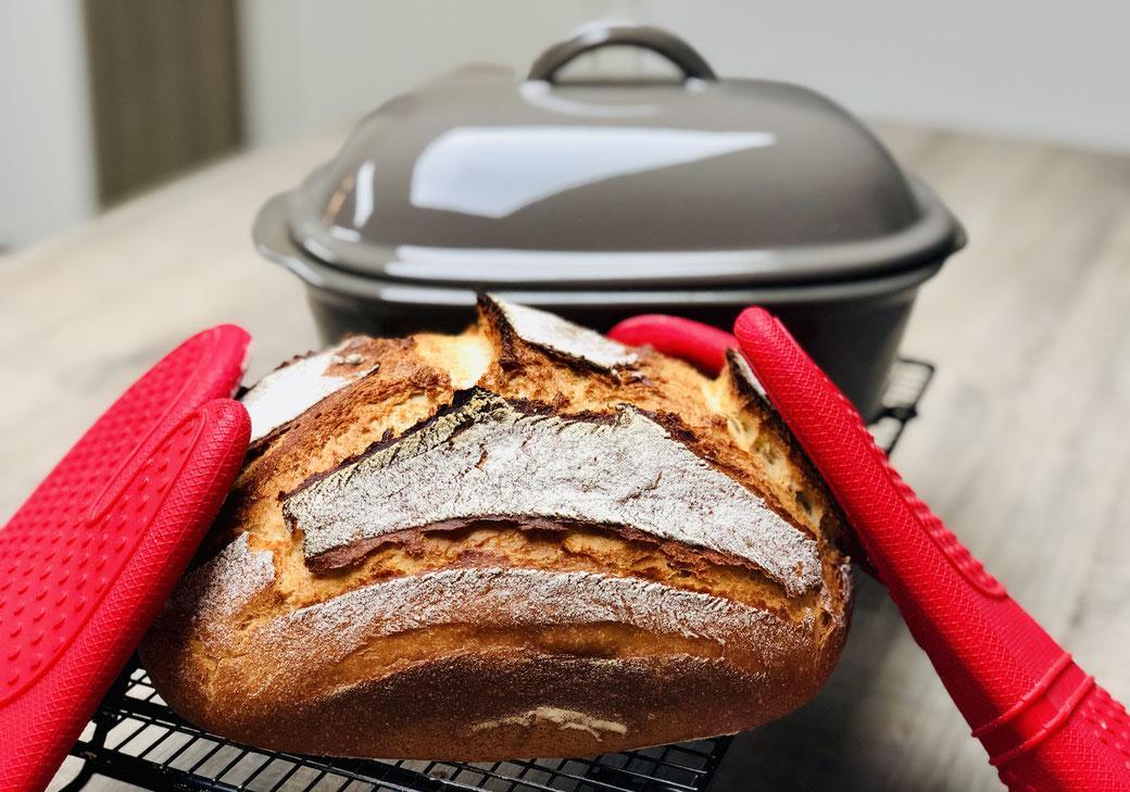 Hier siehst du ein leckeres selbst gebackenes Dinkel Joghurt Brot