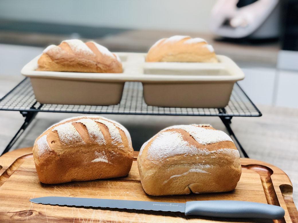Gleich 4 Brote auf einmal backen, das gelingt in der Mini-Kastenform von Pampered Chef® Oder 4 verschiedene Brote gleichzeitig backen. Natürlich kann man auch Kuchen in der Mini-Kastenform backen oder 4 kleine Hackbraten aus dem Backofen