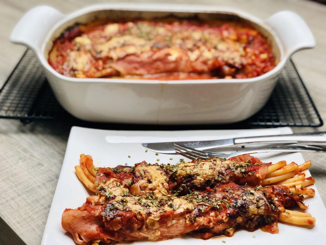 Wir lieben All in One Gerichte aus dem Backofen. Hier siehst du meine Schinken-Käse-Makkaroni Röllchen mit schneller Tomatensoße aus dem großen Bäker oder der großen Ofenhexe® von Pampered Chef®