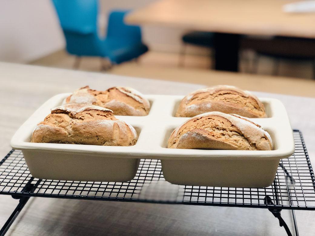 So backst du dir gleich 4 Brote auf einmal. Hier siehst du 4 Schwarzbierbrote aus der Mini-Kastenform aus Stoneware