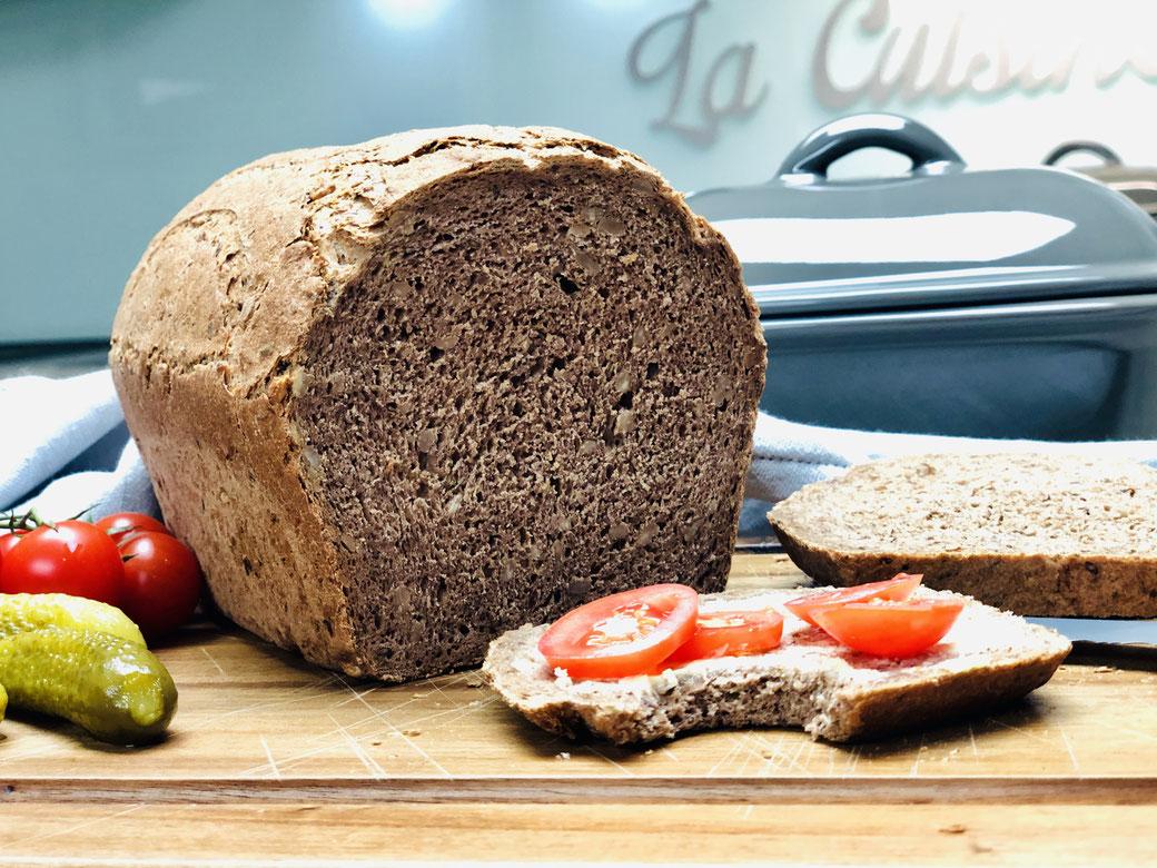 Schnell muss ein frisches Brot auf den Tisch und selbst gebacken soll es auch sein? Dann backe doch mal mein Blitzbrot im kleinen Zaubermeister von Pampered Chef®. Auch du wirst begeistert sein.