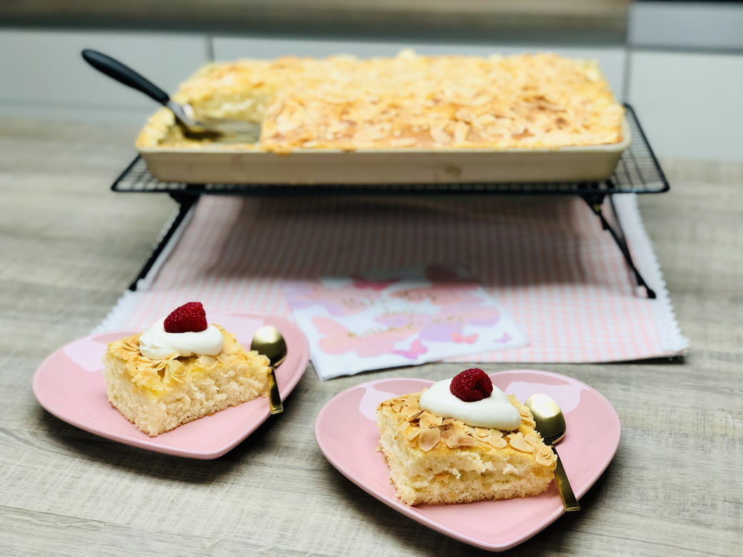 """Hier siehst du meinen saftigen und gleichzeitig knusprigen Buttermilchkuchen mit Mandelkrüstchen aus dem großen Ofenzauberer """"James"""" von Pamperedchef®"""