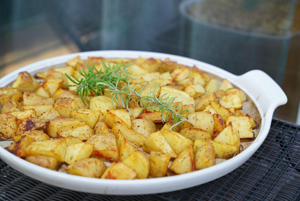 Hast du schon mal Bratkartoffeln im Backofen geschmort? Wenn nicht, dann schaue dir dieses Rezept an das auf der White Lady dem runden Stein aus Stoneware von Pampered Chef® zubereitet wurde.