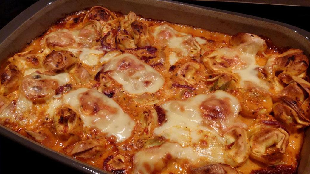 Tortellini-Auflauf aus der Pampered Chef ® Ofenhexe® schnell zubereitet und im Backofen zu einer wahren Köstlichkeit geschmort.