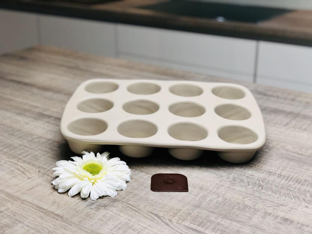 Mit dem 12er-Snack wird's immer lecker: Ob süß oder herzhaft, T örtchen, Snack oder Muffin – wie hier die raffinierten Spargelmuffins aus unserem Kochbuch Ofenküche. Außen: 38,5 x 28 cm. Jede V ertiefung 75 ml.