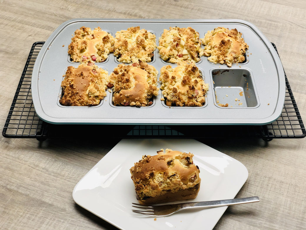 Feines kleines Streuselkuchen Stückchen aus der Mini-Kuchenform von Pampered Chef. Hier mit Rhabarber Stücken im Kuchen... voll lecker ♥