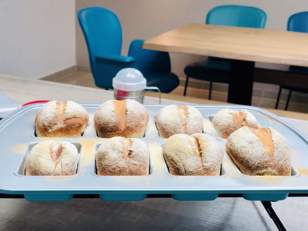 Hier siehst du schnell gebackene Dinkelbrötchen mit Quark und Buttermilch die ganz schnell zubereitet sind und Ruckzuck auf dem Tisch sind. Gebacken habe ich meine Brötchen in der Mini-Kuchenform von Pampered Chef® die ich auch sehr gerne zum Brötchenback